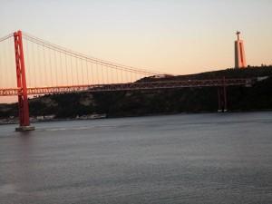 Christus Figur mit Hafenbrücke in Lissabon