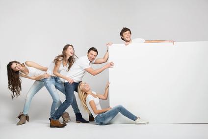 Freunde ziehen an einem Poster